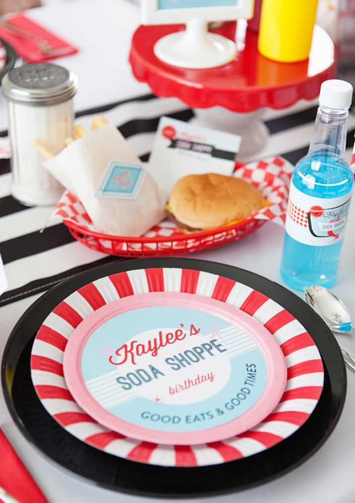 Pratos e talheres com a cara das redes de fast-food