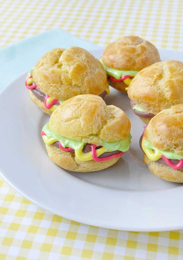 A opção mais simples e clássica de hambúrguer: pão, carne, alface, queijo, ketchup e mostarda