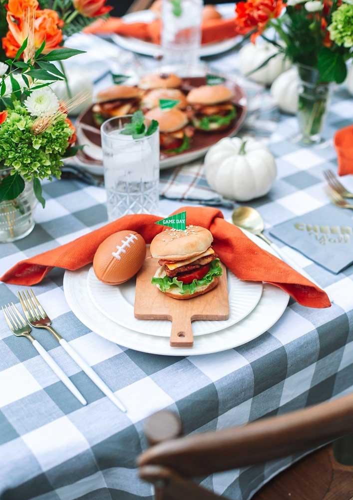 Que tal combinar hambúrguer com futebol americano?