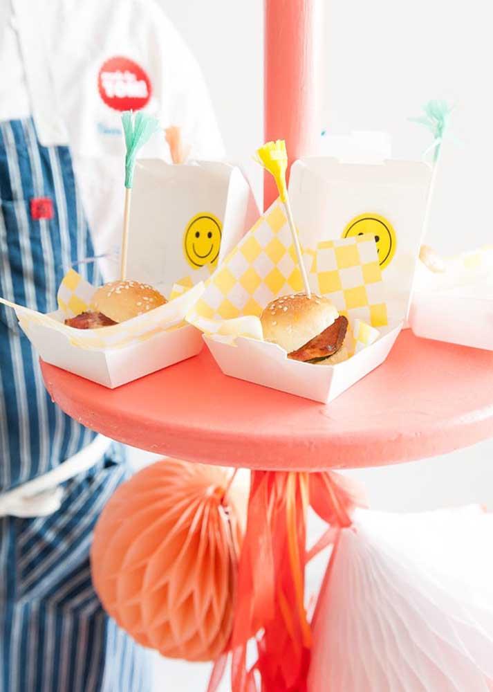 Mini hambúrgueres em caixinhas decoradas. Ótima opção para aniversário infantil
