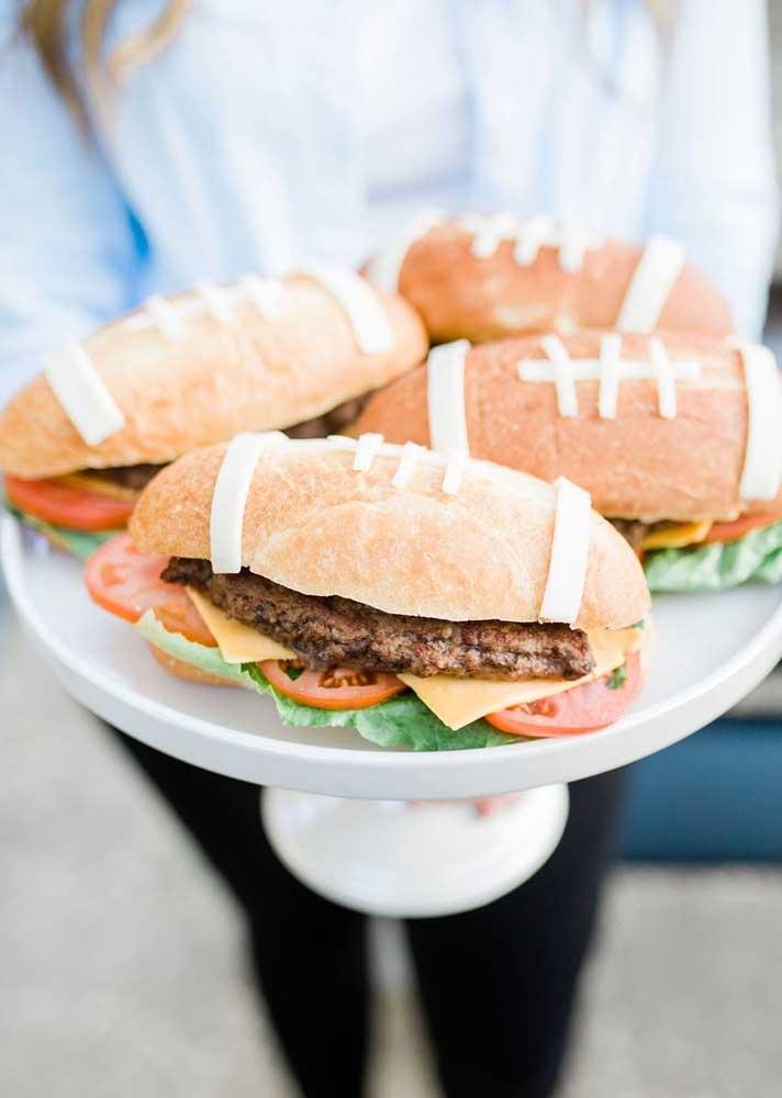 Criatividade sem limite: pão com cara de bola de futebol americano