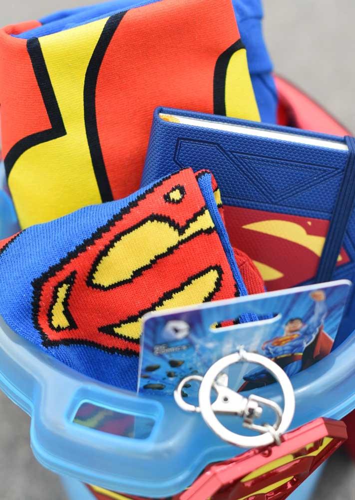 No kit super herói tem um pouquinho de tudo: meias, bloquinho de anotação, camiseta e até um chaveiro