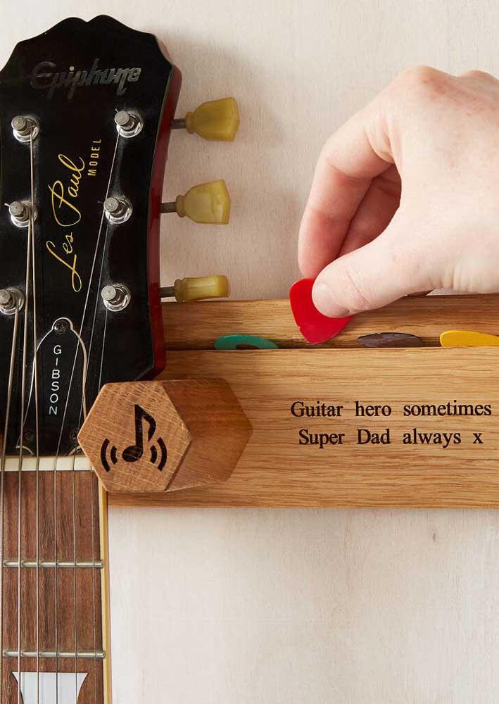 Seu pai é fã de guitarra? Então aproveite para dar um suporte de instrumento personalizado para ele