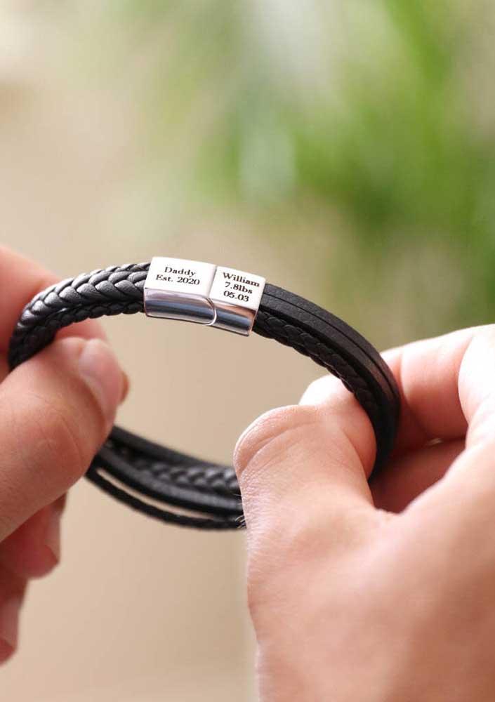 Ideia de presente simples e barato para o dia dos pais: uma pulseira gravada com o nome de vocês