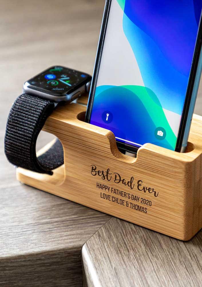 Presente moderno para o dia dos pais: suporte para celular e relógio