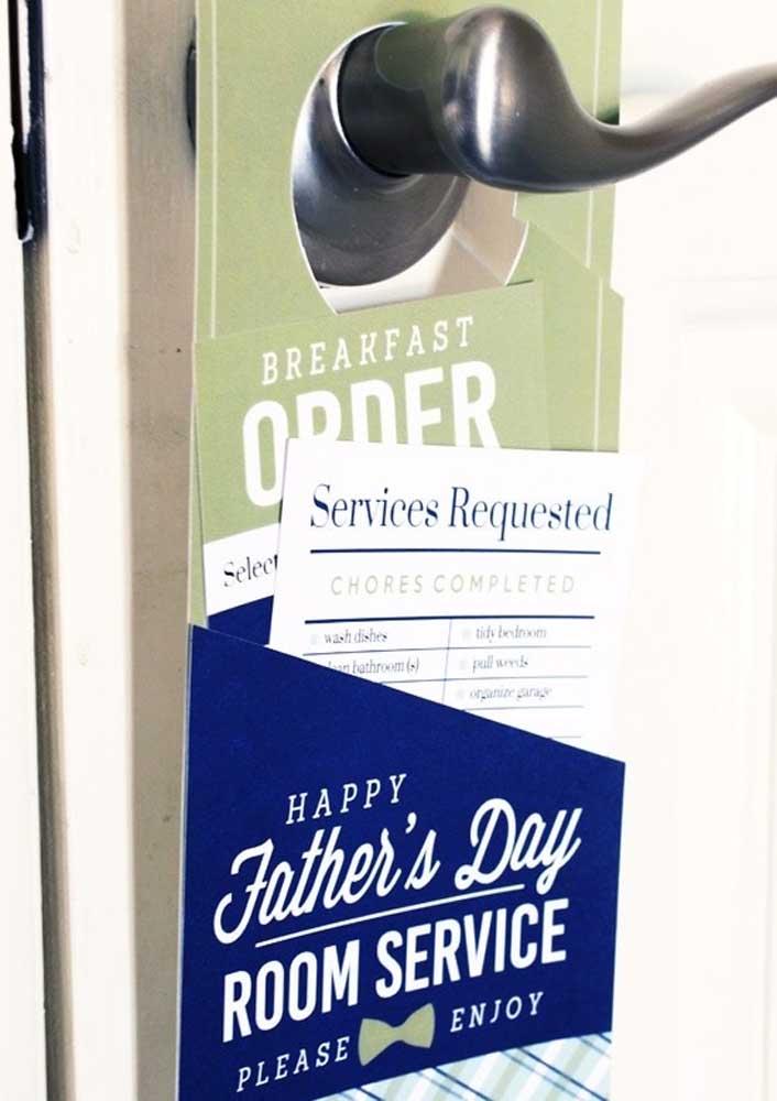 O presente do dia dos pais está em todos os detalhes, incluindo a tarjeta na porta que anuncia o café da manhã