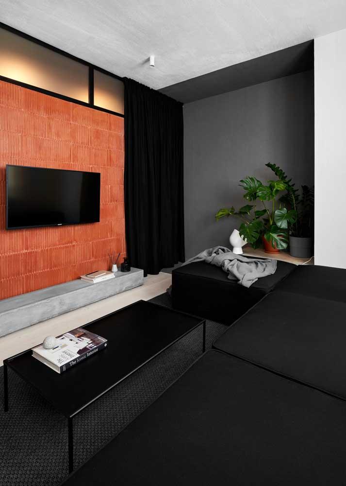 Sala pequena também pode ter preto. Aqui, a cor se destaca nas mobílias