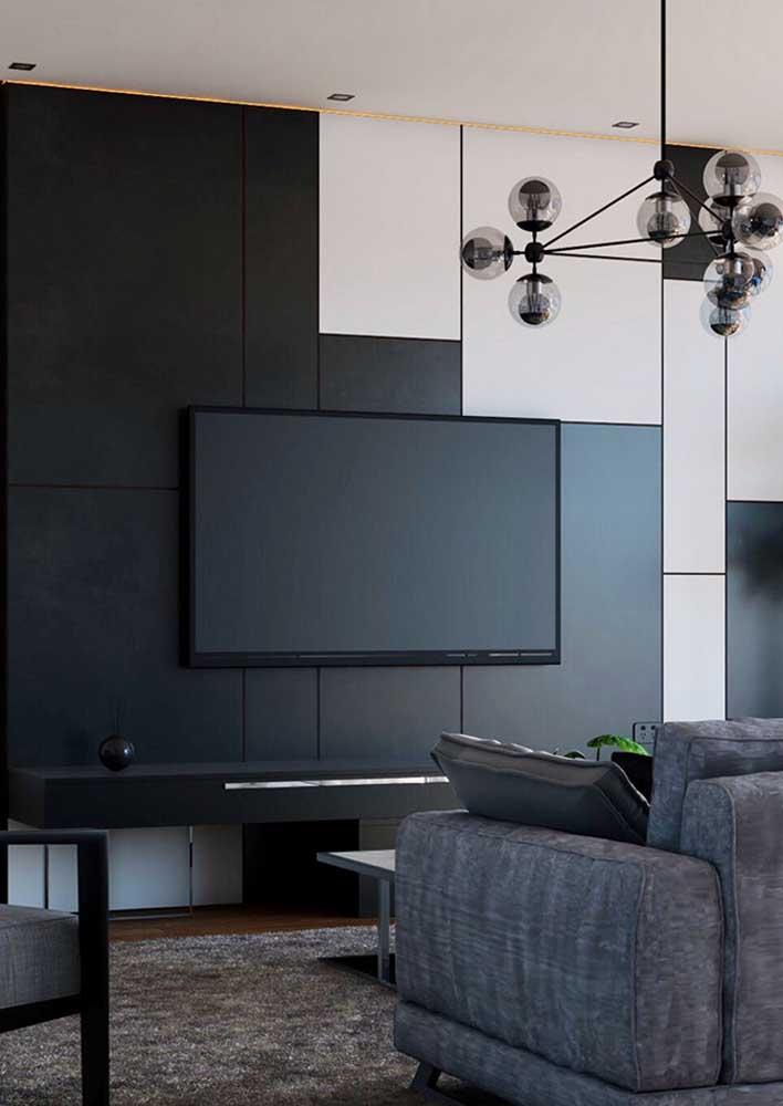 Sala com parede preta e detalhes em branco e cinza