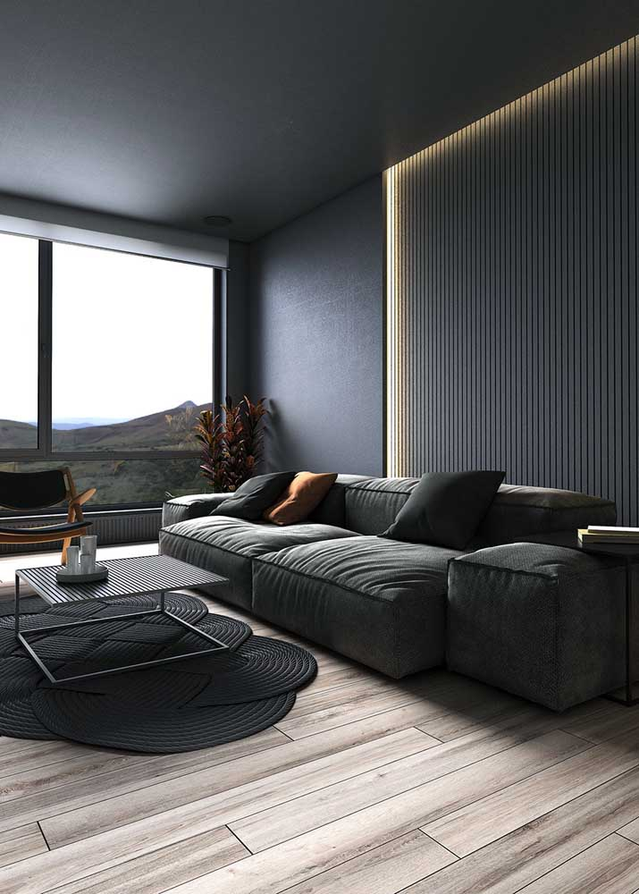 O piso laminado traz conforto para a sala preta