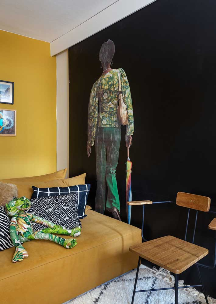 E que tal valorizar a parede preta da sala com um adesivo?