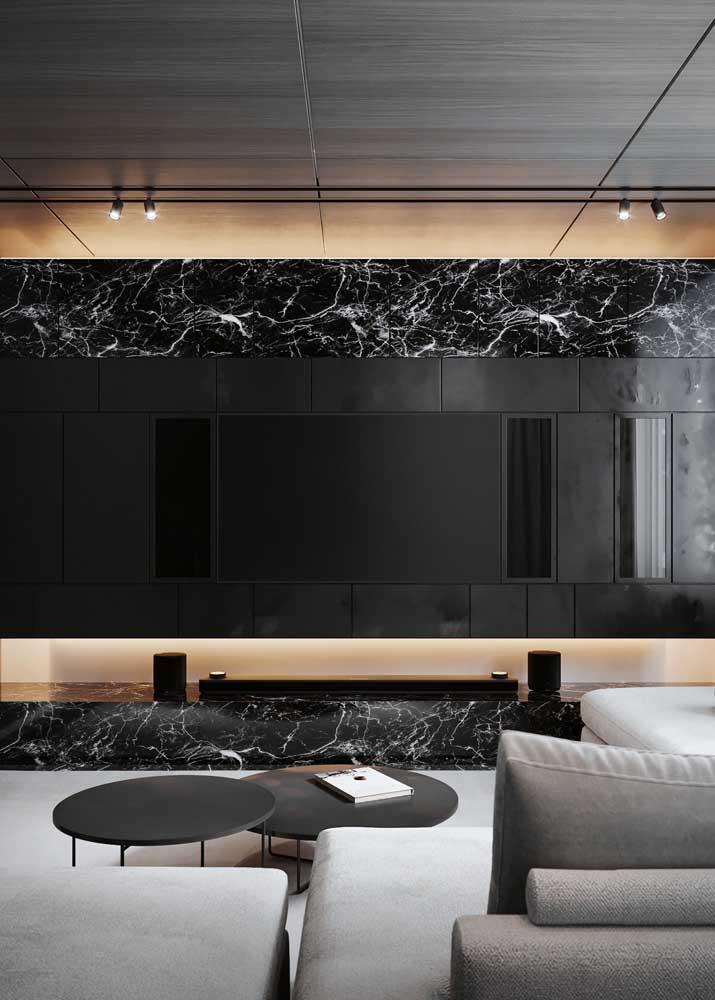 Sala moderna com composição de três cores: preto, cinza e amadeirado