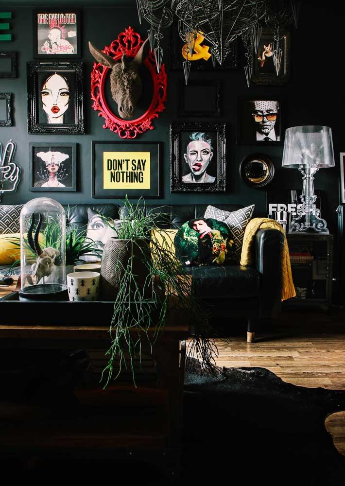 Preta e conceitual. O que seria dessa sala sem a composição vibrante de quadros?