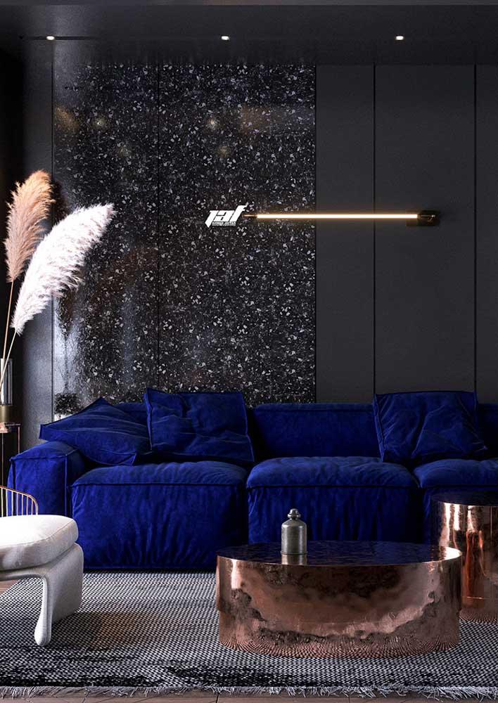 Moderna, essa sala ficou incrível com o sofá azul em contraste com a parede preta