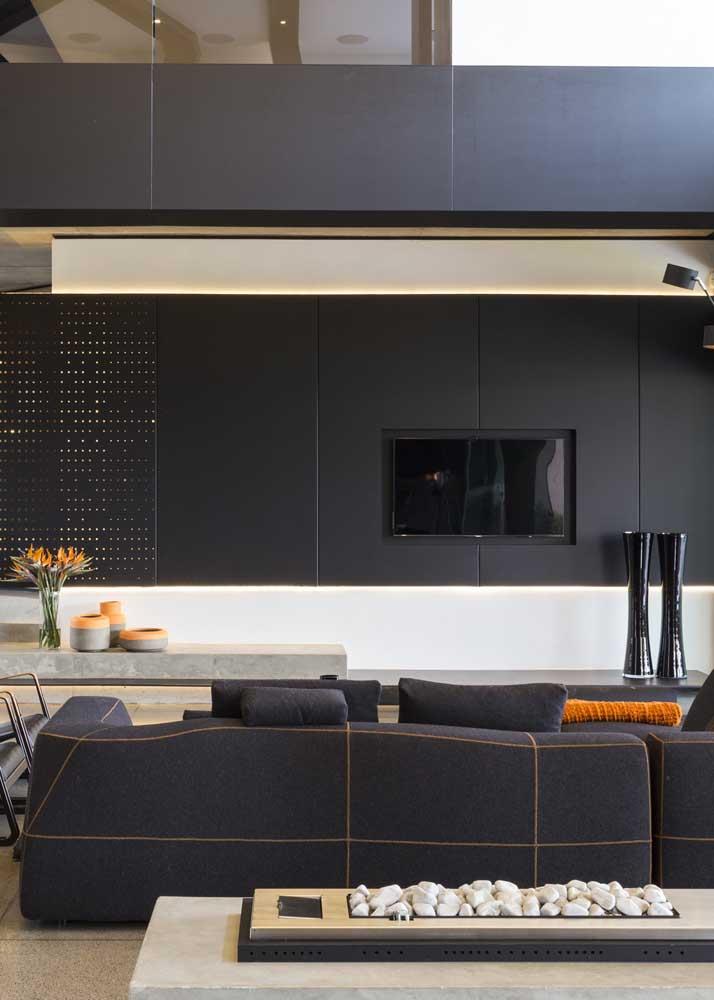 Sala preta moderna e com equilíbrio perfeito de cores