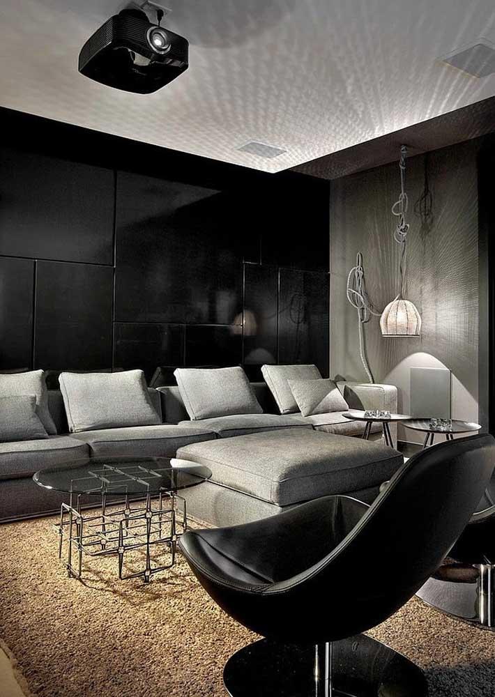Sala de TV preta com iluminação especial