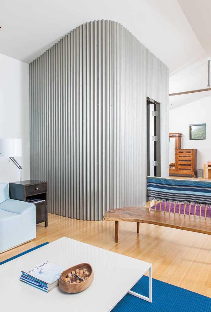 Toque de estilo e modernidade na sala de estar com a telha sanduíche