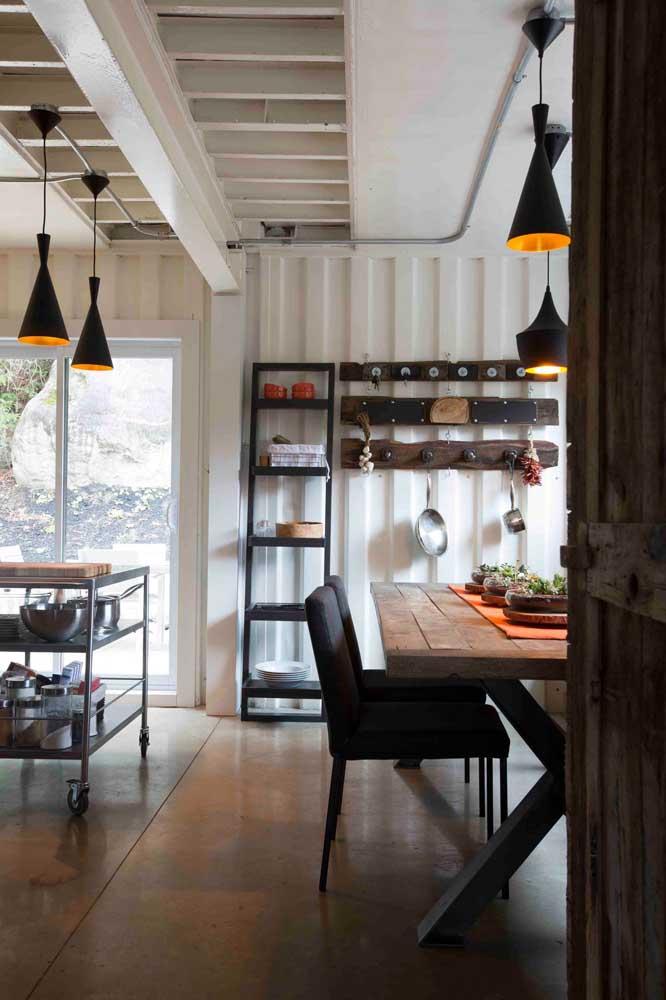 A telha sanduíche na parede pode ter uma função térmica e acústica ou apenas decorativa