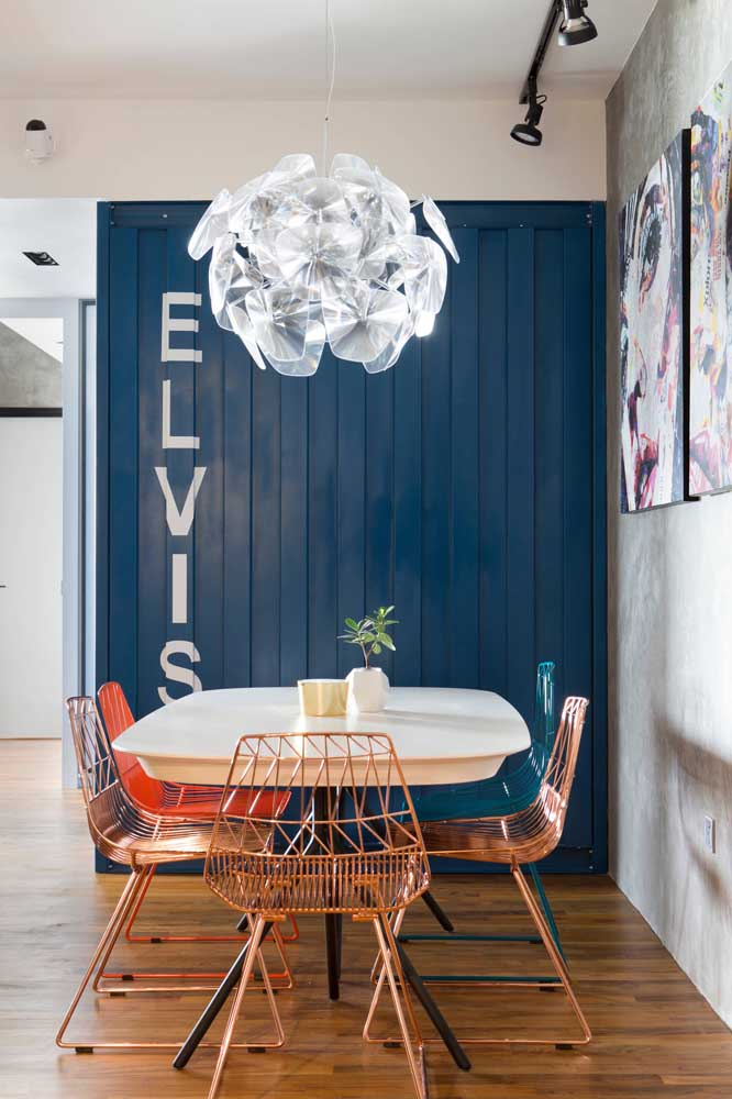 Sala de jantar com cara de container, gostou? Consiga esse efeito em casa revestindo uma das paredes com telha sanduíche. Lembre-se de pintar as telhas com uma cor marcante