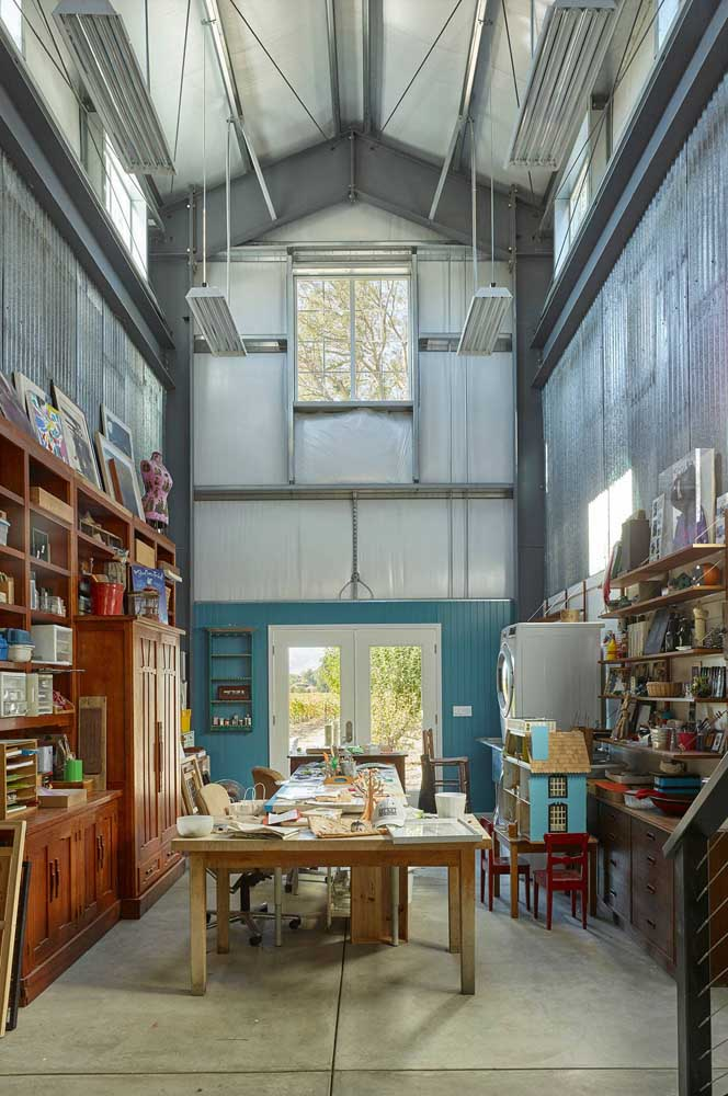 A casa com jeito de galpão apostou no uso da telha sanduiche como recurso visual e funcional
