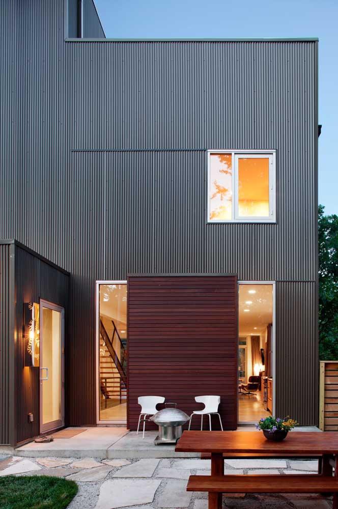 Madeira e telha sanduíche para valorizar a fachada dessa casa moderna