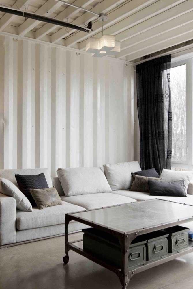 Telha sanduíche branca para o teto e as paredes dessa sala de estar moderna