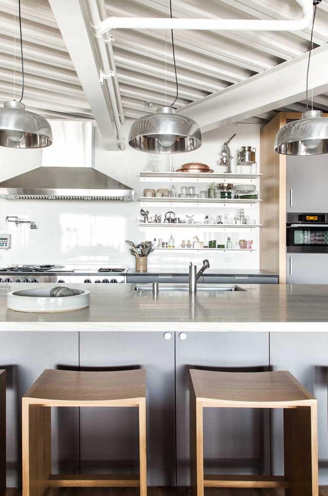 A aparência industrial das telhas sanduíche não precisa ficar escondida, deixe-a aparecer na parte de dentro da casa