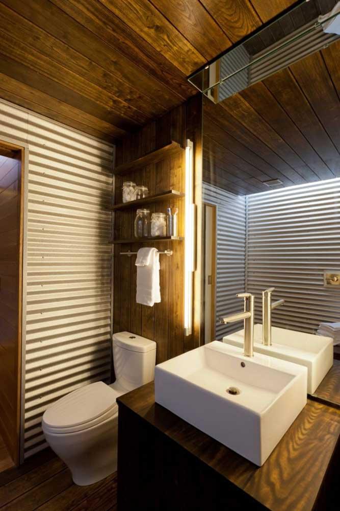 Anote essa combinação aí: telha sanduíche com madeira. Use essa dupla no revestimento das paredes do banheiro
