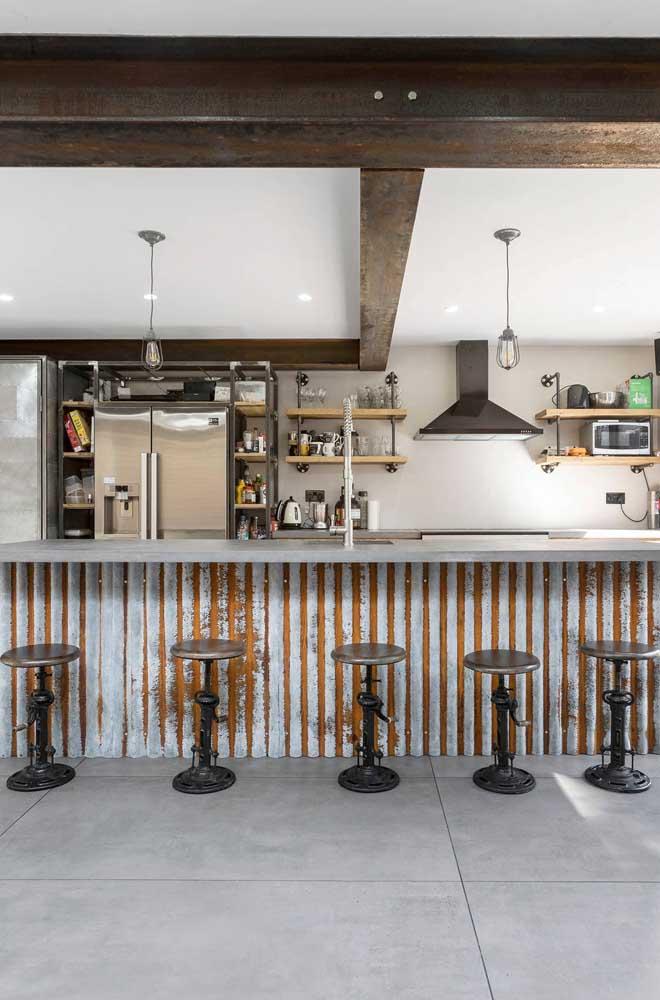 Um charme esse balcão de bar feito com telhas sanduíches. O aspecto envelhecido é o grande diferencial desse projeto