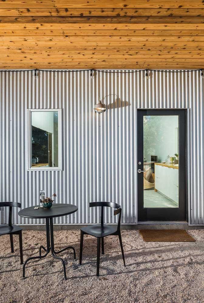 Madeira de pinus no teto e telha sanduíche na parede