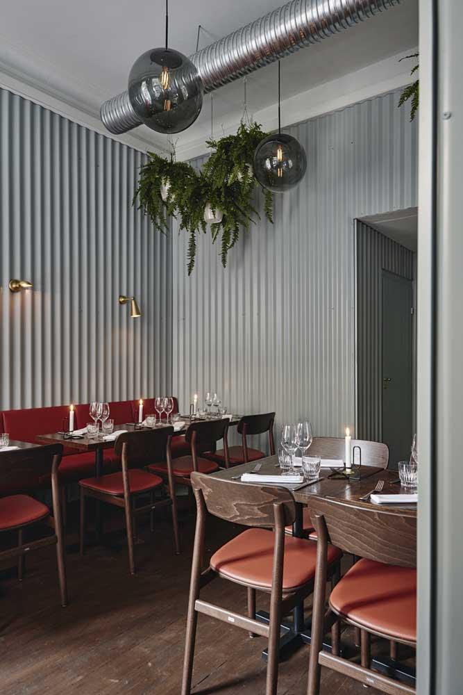 Esse restaurante ousou no mix de estilos e não teve dúvidas em colocar as telhas sanduíche na parede