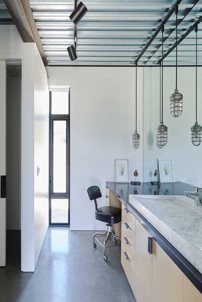 Suíte com telhas sanduíche. Para completar, spots e luminárias em estilo industrial