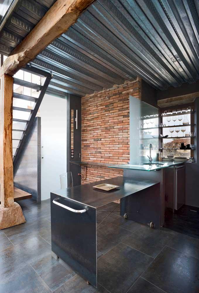Aqui o que chama atenção é o contraste entre o tom metálico da telha sanduíche com o visual rústico da madeira e dos tijolinhos