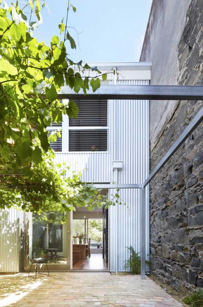 Que tal apostar no uso da telha sanduiche para revestir toda a fachada da casa?