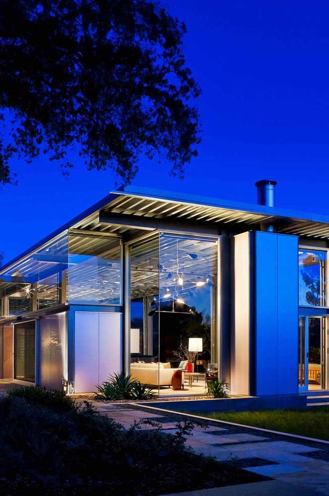 Já por aqui, o que se destaca é o contraste entre a delicadeza do vidro com a rusticidade moderna das telhas sanduíche