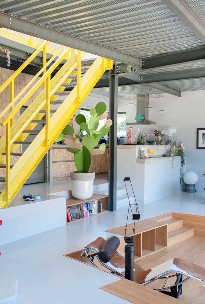 A escada de ferro amarela ajuda a destacar o telhado de telhas sanduíche