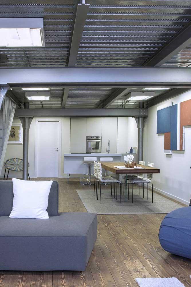 Esse telhado com telhas sanduíche traz claraboias para reforçar a iluminação natural