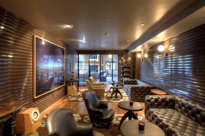 Dá para acreditar que essa sala de estar é toda revestida com telha sanduíche? Incrível o resultado!