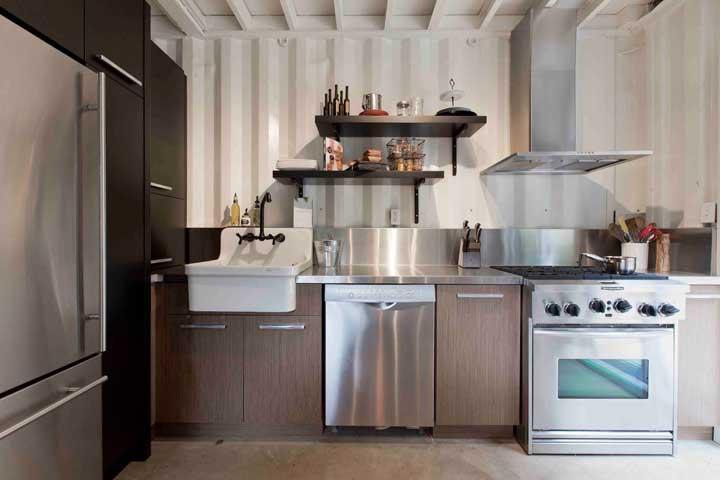 Uma cozinha moderna e despretensiosa que abriu mão dos tradicionais revestimentos cerâmicos para usar telha sanduíche no lugar
