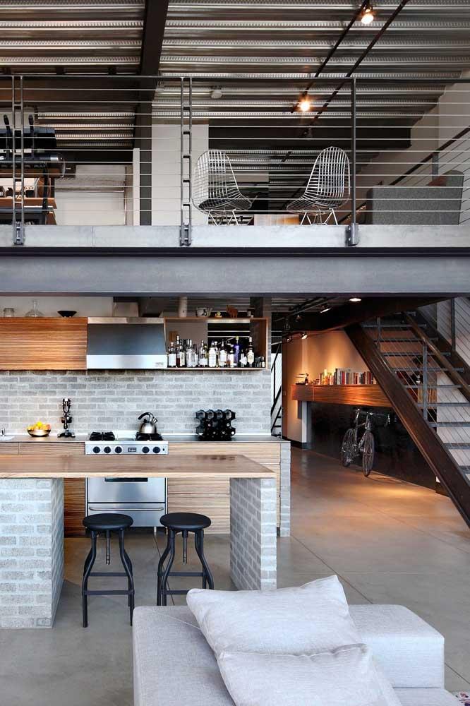 Nada melhor do que uma casa em estilo industrial com telhado aparente de telhas sanduíches
