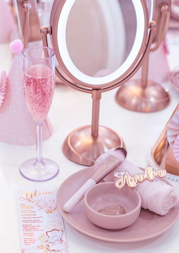 E junto com o espelho vem também os acessórios para maquiagem e uma taça de espumante