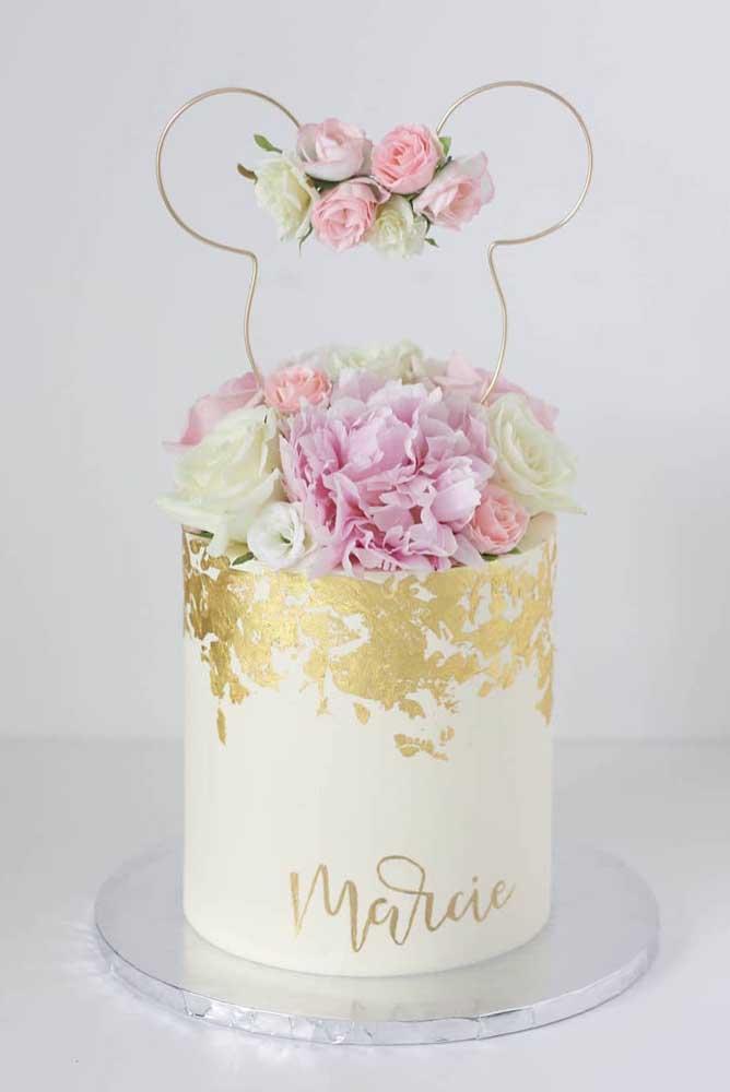 Flores são muito bem vindas na decoração do bolo da Minnie