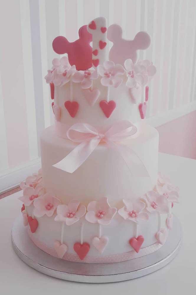 Já esse outro modelo de bolo é para quem deseja uma festa de decoração clean e suave