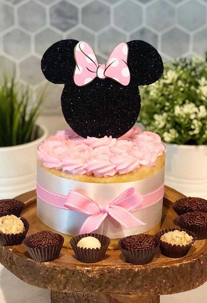 Que tal uma fita de cetim para enfeitar o bolo da Minnie?