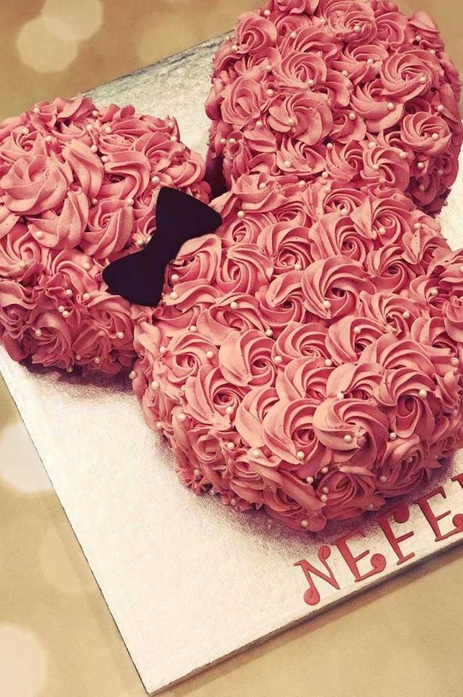 Quem disse que bolo de chantilly não é bonito? Olha esse aqui com o formato da Minnie