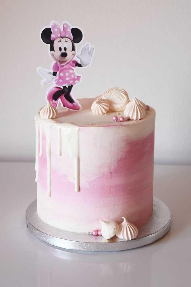 Bolo da Minnie espatulado em branco e rosa. O toten da personagem decora o topo