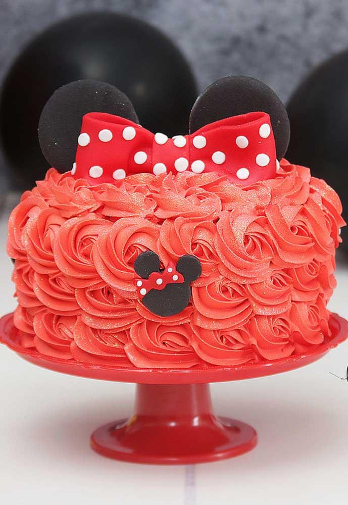 Bolo da Minnie redondo decorado com chantilly vermelho. Simples e lindo!