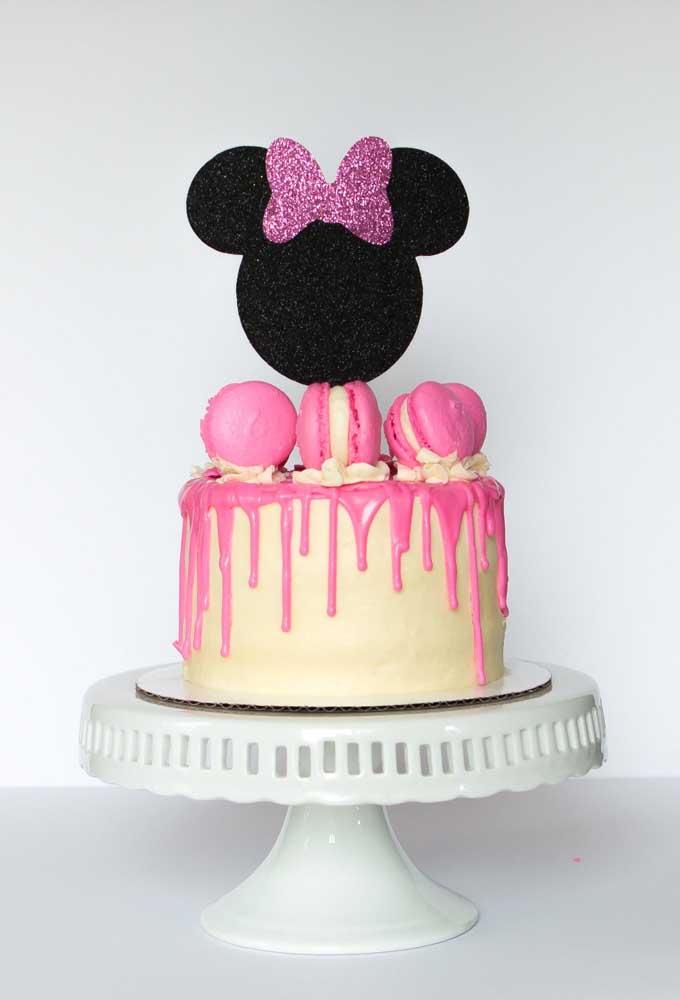 Bolo da Minnie com cobertura de chocolate branco e macarons, gostou?