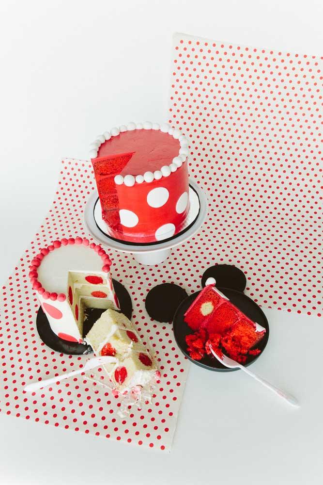E olha essa outra inspiração aqui: o bolo da Minnie é decorado por dentro e por fora