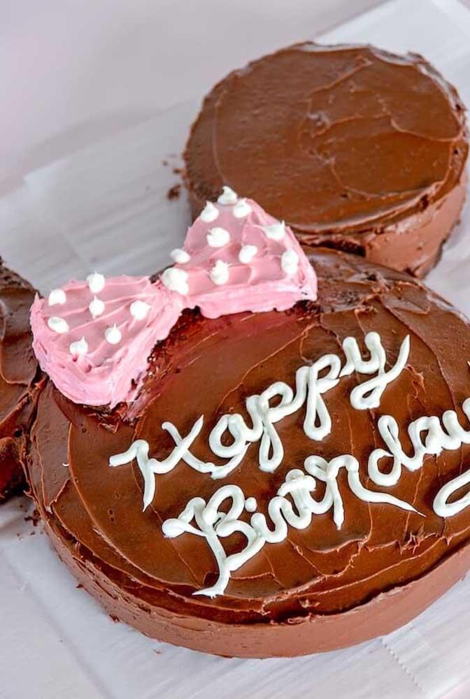 Quem resiste a um bolo com cobertura de chocolate?