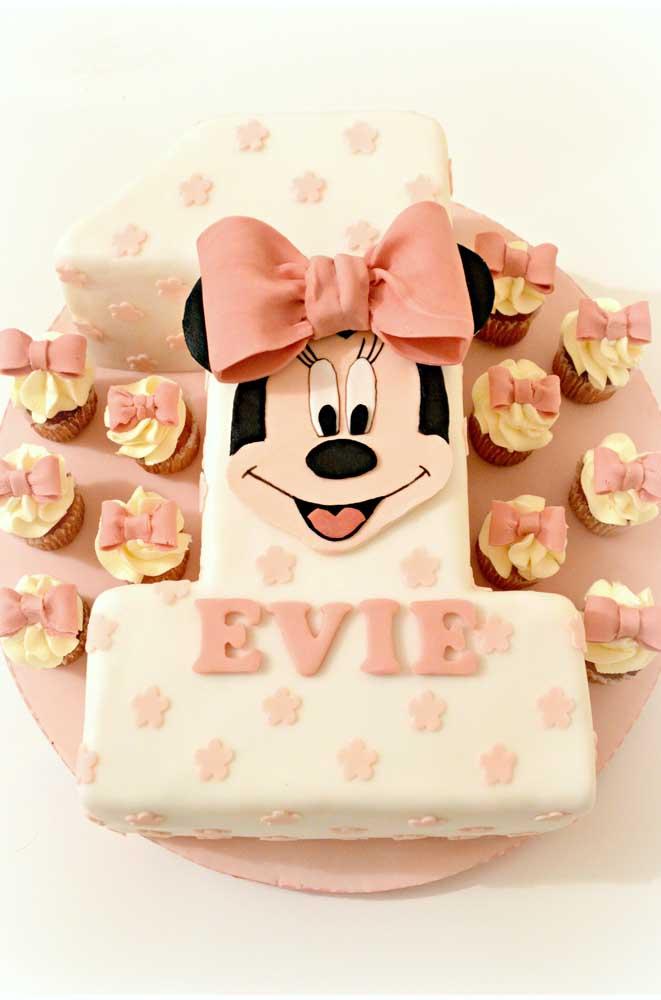 A idade da aniversariante foi literalmente representada nesse bolo da Minnie